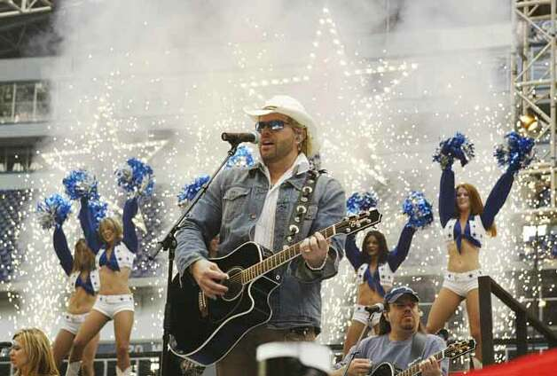 Country music artist Toby Keith performs during a rehearsal at Texas Stadium in Irving, Texas, Wednesday afternoon, Nov. 26, 2003, for the halftime show at the stadium on Thursday, when the Dallas Cowboys host the Miami Dolphins on Thanksgiving. Photo: TIM SHARP, AP / AP