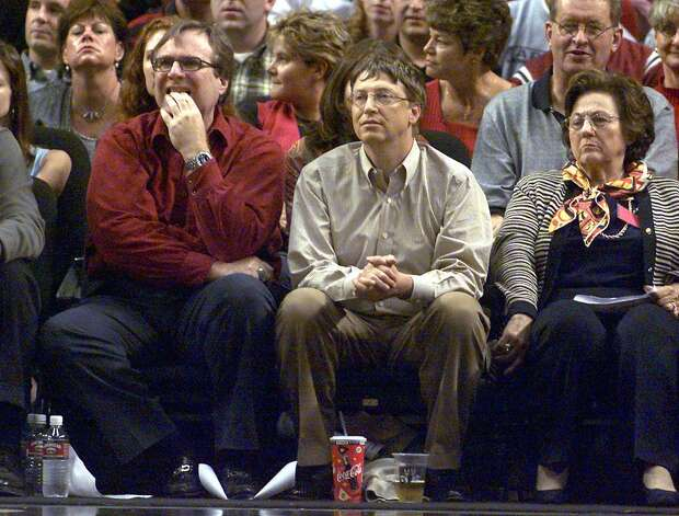 Bill Gates and Paul Allen watch the third game of the Western Conference Finals between the Los Angeles Lakers and the Portland Trail Blazers on May 26, 2000 in Portland. Photo: GEORGE FREY, / / AFP
