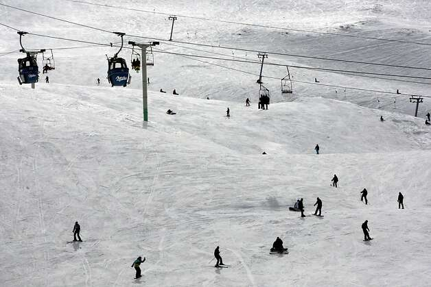 Iranians enjoy skiing at the Dizin ski resort, north of the capital Tehran, Iran, Thursday, Feb. 28, 2013. Photo: Vahid Salemi, Associated Press
