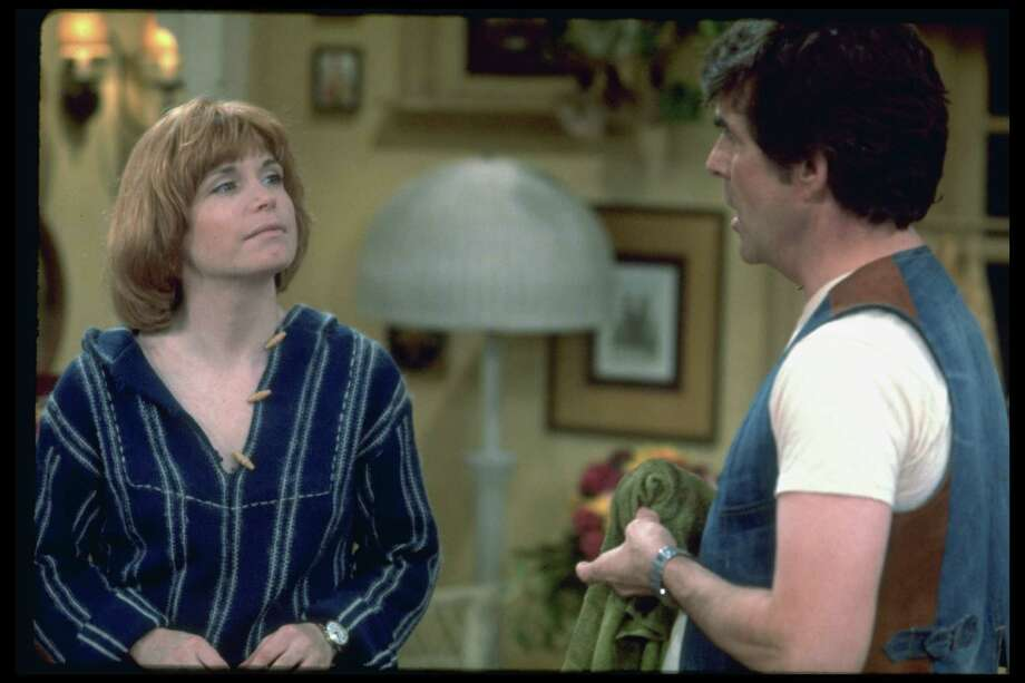 """One Day at a Time' cast members Bonnie Franklin as Ann Romano Royer and superintendent Pat Harrington, Jr. as superintendent Dwayne Schneider. Photo: CBS Photo Archive, Getty / 1981 CBS Photo Archive"