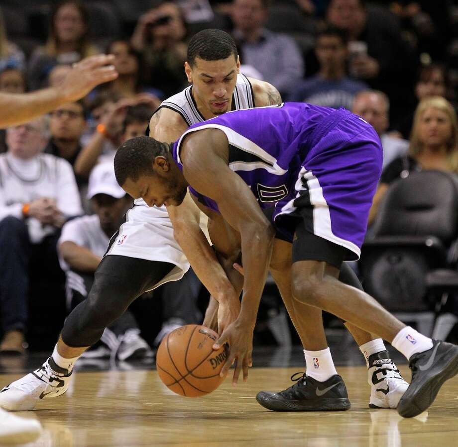 The Spurs' Danny Green (4) scrambles for a ball against Sacramento Kings' Toney Douglas (00) in the first half at the AT&T Center on Friday, Mar. 1, 2013. Photo: Kin Man Hui, San Antonio Express-News / © 2012 San Antonio Express-News