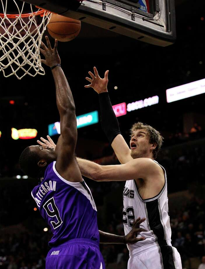 The Spurs' Tiago Splitter (22) takes a shot against Sacramento Kings' Patrick Patterson (9) in the first half at the AT&T Center on Friday, Mar. 1, 2013. Photo: Kin Man Hui, San Antonio Express-News / © 2012 San Antonio Express-News