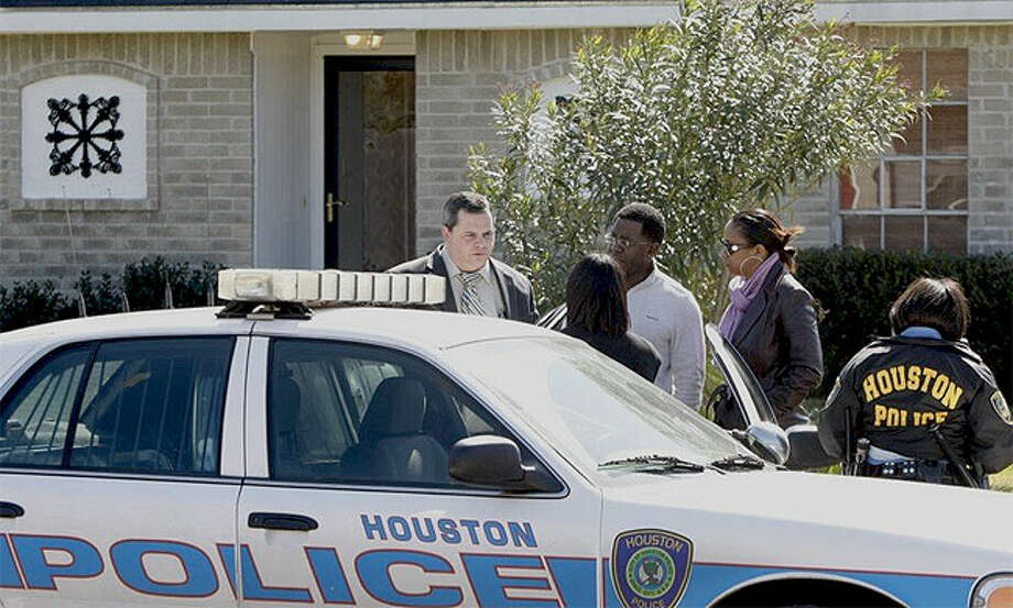 Houston police investigate two deaths at a house on Bahia Lane. (Nick de la Torre/Chronicle)