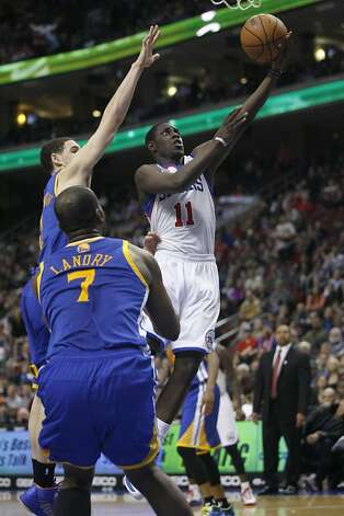 Jrue Holliday slips by Klay Thompson (left) for a second-half basket. Photo: H. Rumph Jr, Associated Press