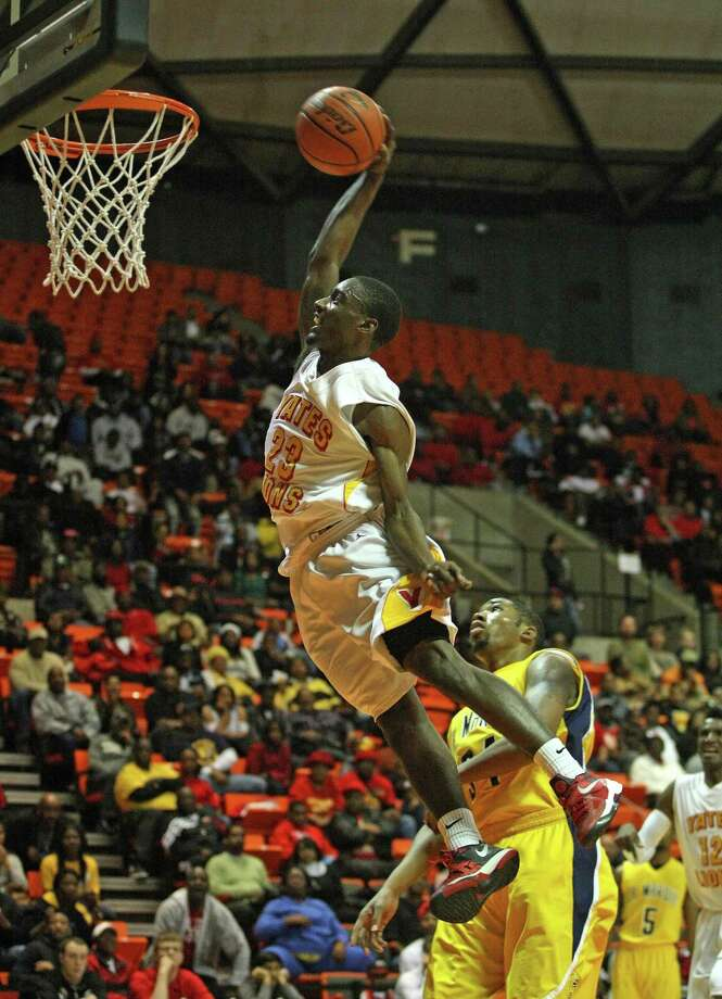 Yates' Darrion Martin dunks over La Marque's Kewnten Griffin. Photo: Eric Christian Smith, For The Chronicle
