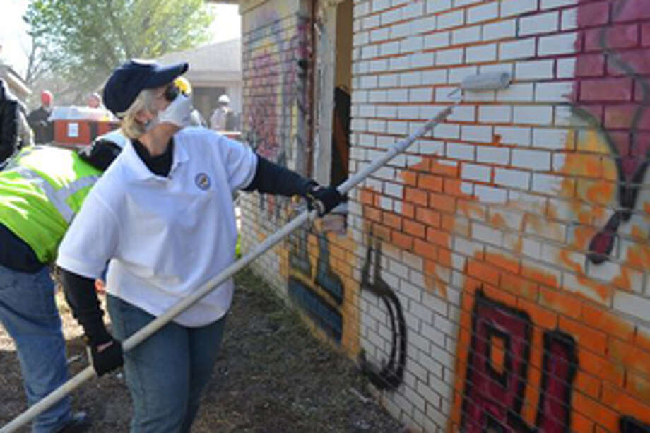 Mayor Parker worked with volunteers to clean up blighted properties as the city launched its new Make Safe Saturday program on March 2. A different neighborhood will be targeted each quarter. Photo: Sue Davis