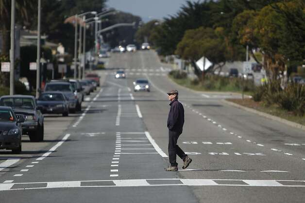 Sloat Boulevard at Vale Avenue and Forest View Drive where a 17-year-old girl  was struck and killed. Photo: Lea Suzuki, The Chronicle
