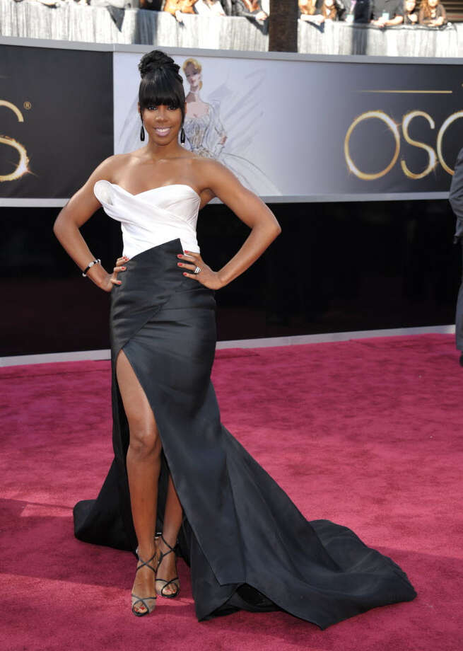 Kelly Rowland is divalicious in her black and white dress. This look is great for all those divas out there. (Photo by John Shearer/Invision/AP)