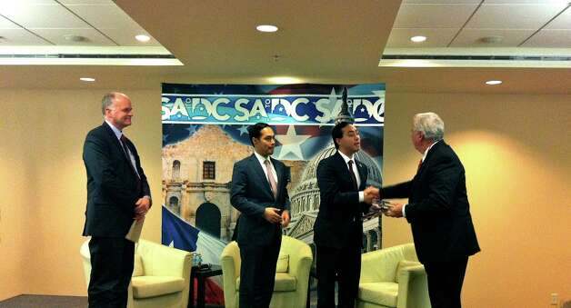 Fournier and the Castro brothers receive a gift from the SA to DC organization