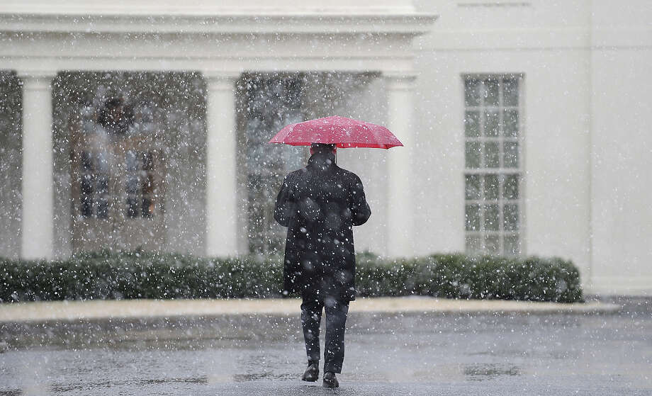 A White House staffer walks to the West Wing during a snow storm at the White House March 6, 2013 in Washington, DC. The snow forced all major school systems in the area to close, including today's White House press briefing. Photo: Pool, Getty Images / 2013 Getty Images