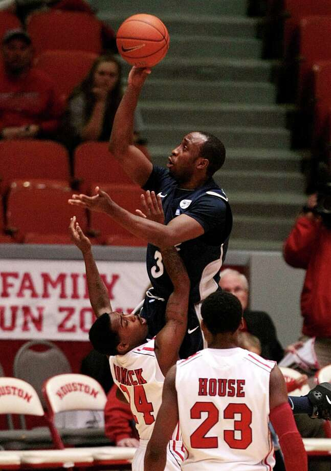 Rice guard Tamir Jackson was one of few Owls to remain with the team after a turbulent offseason. Photo: Billy Smith II, Houston Chronicle / © 2013 Houston Chronicle