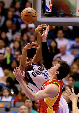 Brandan Wright passes the ball as Omer Asik defends. Photo: Tony Gutierrez, Associated Press / AP