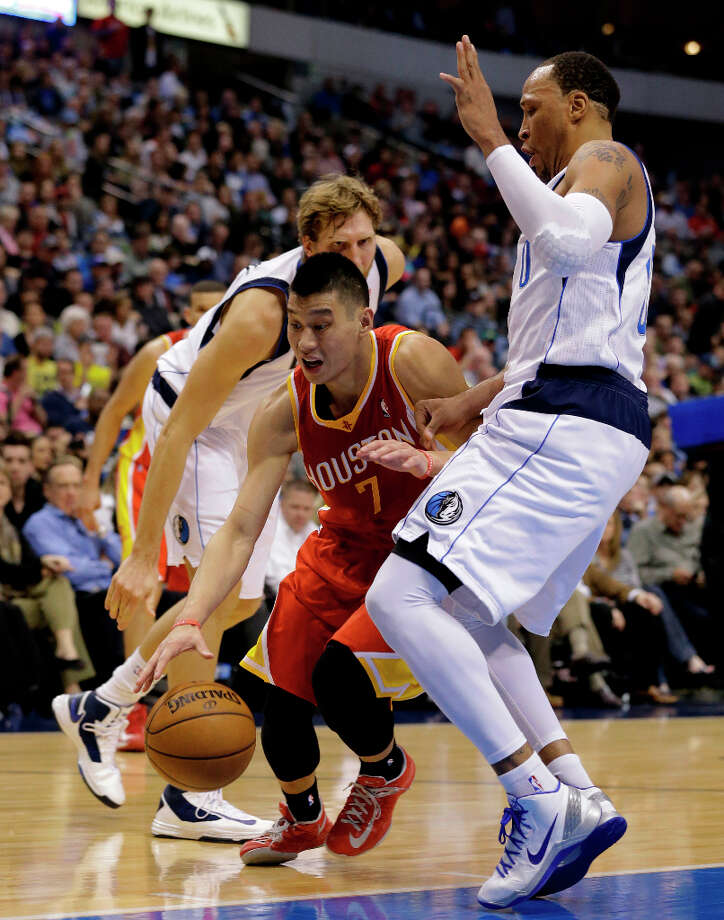 Jeremy Lin gets through Dirk Nowitzki and Shawn Marion on a drive to the basket. Photo: Tony Gutierrez, Associated Press / AP