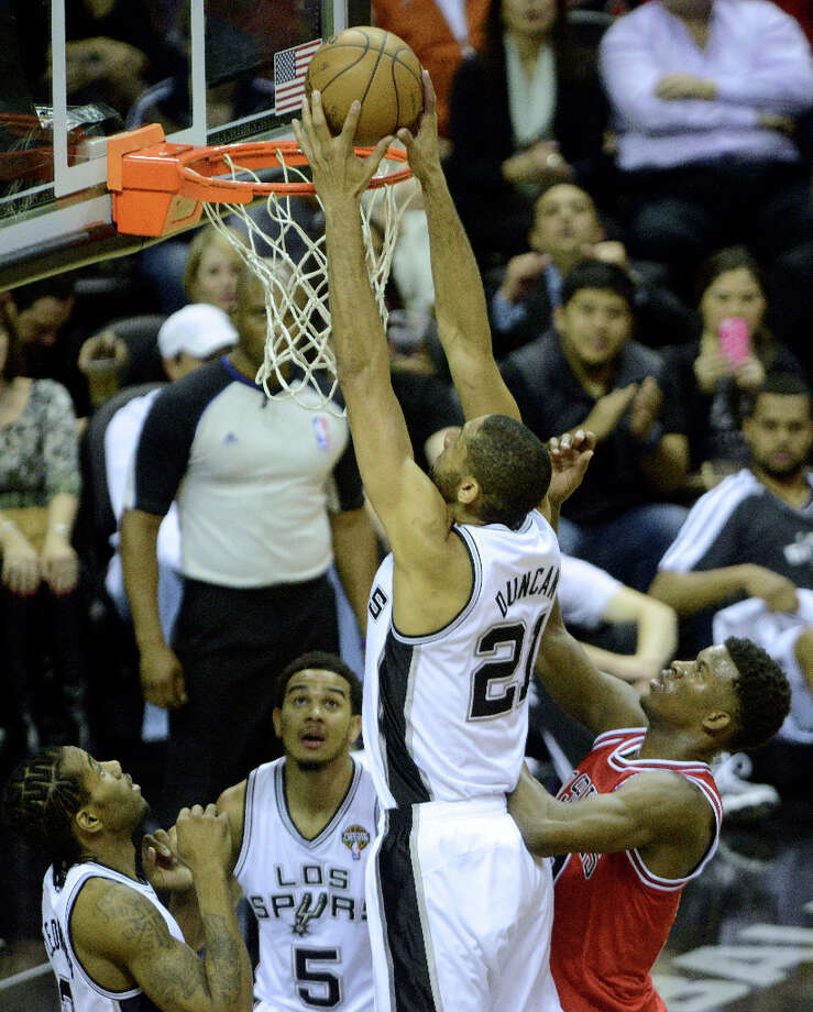 Tim Duncan of the San Antonio Spurs scores late in the first half against the Chicago Bulls during NBA action at the AT&T Center on Wednesday, March 6, 2013. Photo: Billy Calzada, San Antonio Express-News / San Antonio Express-News