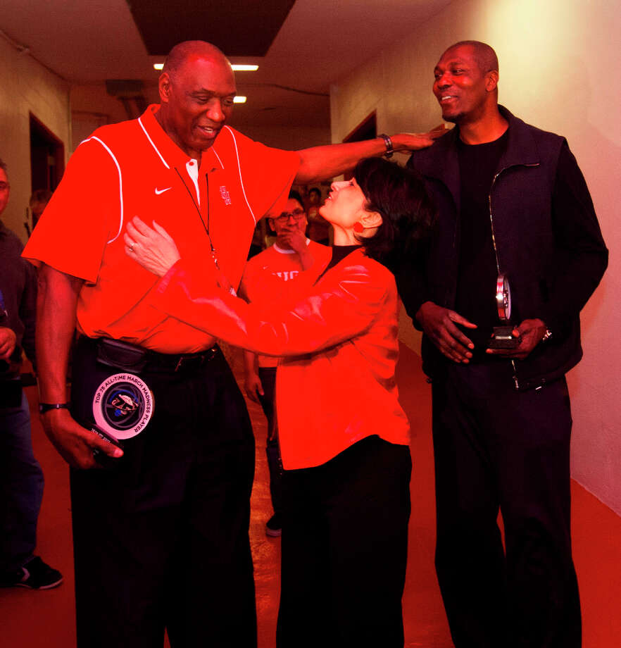Elvin Hayes talks with University of Houston president Renu Khator and Hakeem Olajuwon at halftime of Wednesday's game. Photo: Billy Smith II, Houston Chronicle / © 2013 Houston Chronicle