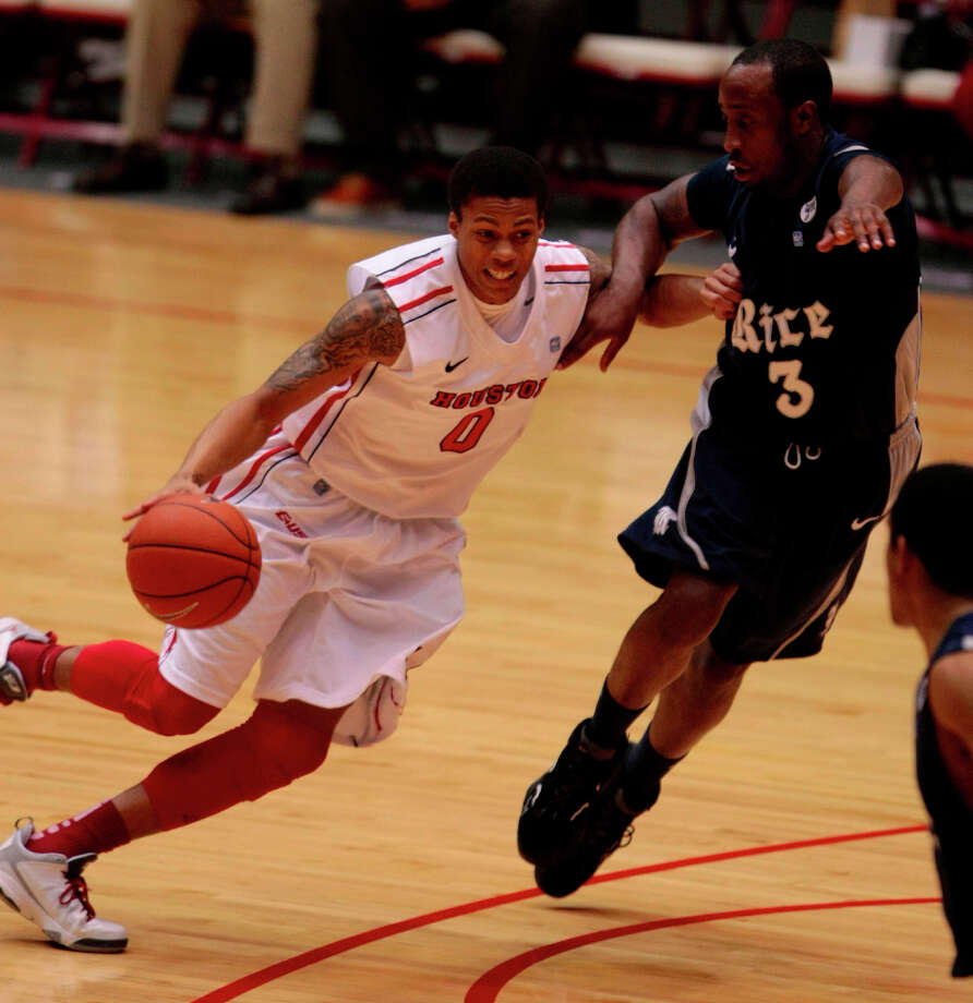 Joseph Young drives to the basket during the first half. Photo: Billy Smith II, Houston Chronicle / © 2013 Houston Chronicle