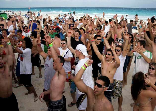 Spring breakers chant 'Build that wall!' during Cancun cruise