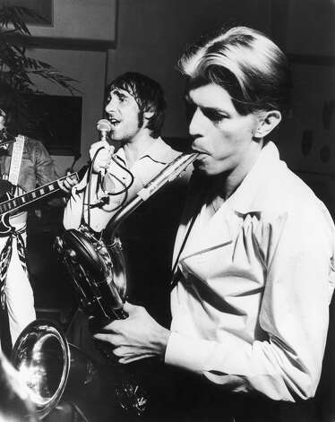 Keith Moon and David Bowie playing at Peter Sellers' 50th birthday party in Los Angeles, September 1975. Photo: Terry O'Neill, Getty Images / 2005 Getty Images