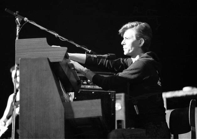 UNITED KINGDOM - MARCH 01:  Photo of David BOWIE; playing keyboards, performing live onstage in Iggy Pop's backing band during The Idiot tour,  (Photo by Ian Dickson/Redferns) Photo: Ian Dickson, Getty Images / Redferns