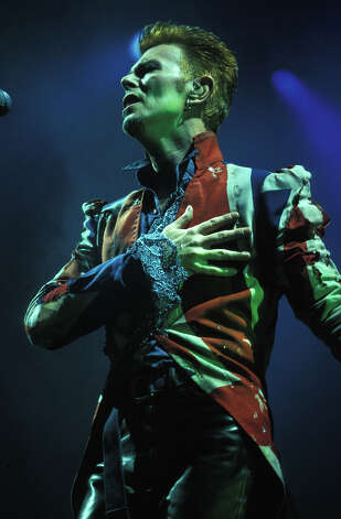 David Bowie performing live on stage in 1996. Photo: Mick Hutson, Getty Images / Redferns