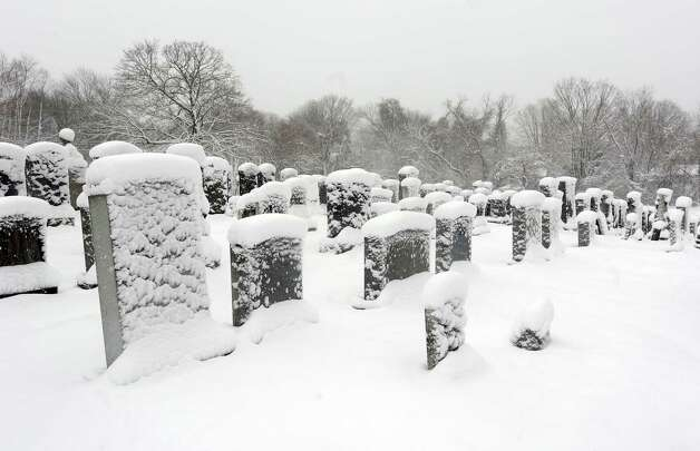 Snow continues to fall in the early morning in Fairfield, Conn. on Friday, March 8, 2013. Photo: Cathy Zuraw / Connecticut Post