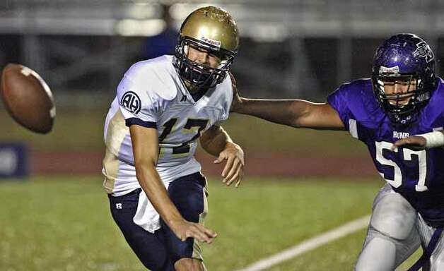 SPORTS Under pursuit around the right end from Boerne's Tyler Benjamin, Alamo Heights quarterback Drew Allen makes a last second pitch out. ALAMO HEIGHTS VERSUS BOERNE HIGH SCHOOL FOOTBALL AT BOERNE OCTOBER 19, 2007. TOM REEL/STAFF Photo: TOM REEL, SAN ANTONIO EXPRESS-NEWS / SAN ANTONIO EXPRESS-NEWS