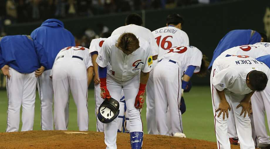 Pridefully in character, Taiwanese players bow to fans after a crushing defeat to Japan in Tokyo. Photo: Koji Sasahara, Associated Press