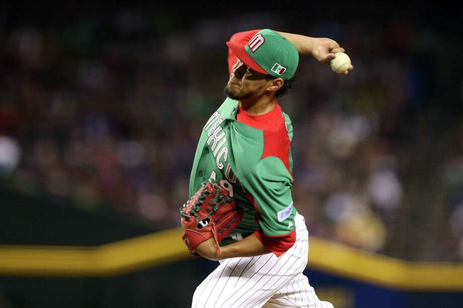 Mexico's Yovani Gallardo throws a pitch against the United States during their late first-round WBC game on Friday in Phoenix. Mexico won 5-2. Photo: Christian Petersen / Getty Images