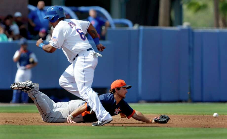 Astros third baseman Brett Wallace dives but cannot reach a ball hit for an RBI single by the Mets' Ike Davis as Marlon Byrd (6) rounds third and heads in to score during the third inning. Photo: Jeff Roberson
