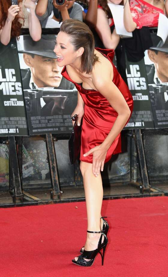 Cleaning off the leg. (Marion Cotillard).