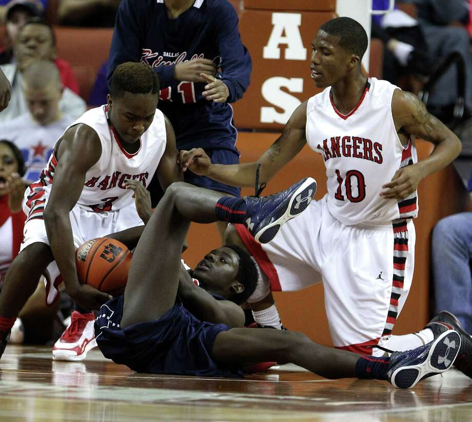 Dallas KImball's  Gabe Lilly (22) battles from the ground for a loose ball against Rosenberg Terry's Michael Maxwell (3) and Dimetri Amerson (10) during the second half. Photo: Karen Warren, Houston Chronicle / © 2013 Houston Chronicle