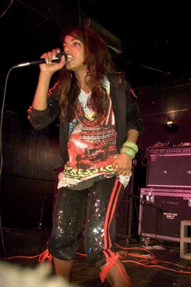 2005: Maya Arulpragasam of M.I.A. performing. Photo: Ebet Roberts, © 2005 Ebet Roberts / © 2005 Ebet Roberts