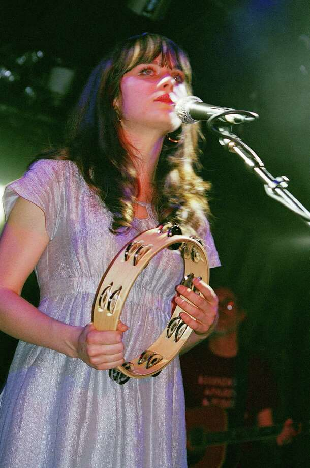 2008: Zooey Deschanel of She & Him performs. Photo: Wendy Redfern, Redferns / Redferns