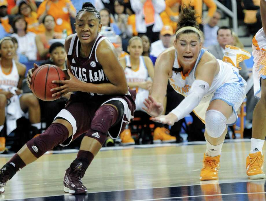 Despite a game-high 33 points by Tennessee's Taber Spani, right, Courtney Walker and her Texas A&M teammates took the inside track to victory. Photo: John Amis, FRE / FR69715 AP