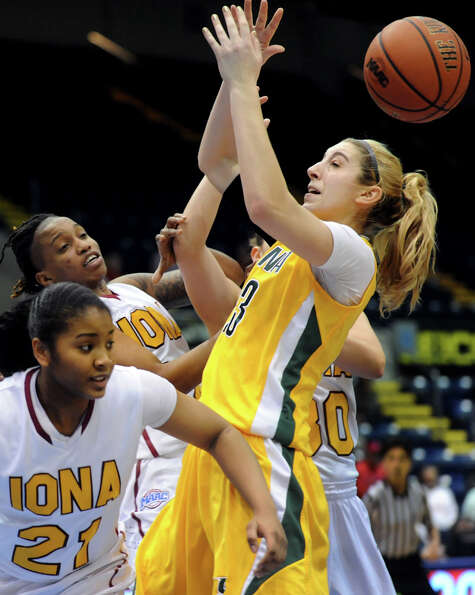 Siena's Kate Zarotney (23), right, goes for a loose ball against Iona's Aaliyah Robinson (21), left,