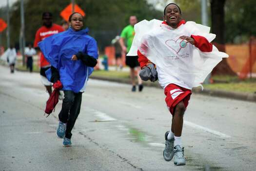 Darceese Aldridge, 15, runs along Allen Parkway. Photo: Smiley N. Pool, Houston Chronicle / © 2013  Houston Chronicle