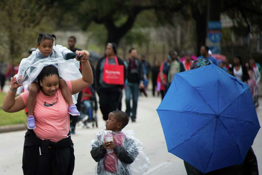 Aniya Kelso, 4, gets a ride atop the shoulders of her aunt Courtney Harris. Photo: Smiley N. Pool, Houston Chronicle / © 2013  Houston Chronicle