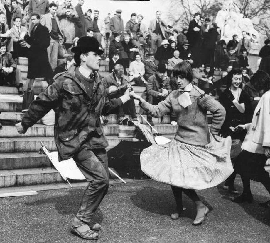 Beatniks dancing.  Photo: Manchester Daily Express, Getty / SSPL/Manchester Daily Express