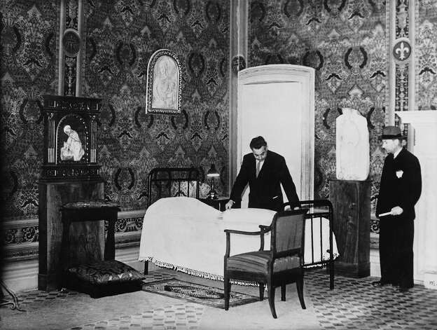 1939: A room of the Borgia in the Vatican Palace is being prepared as a cell for a cardinal who will participate in the vote to elect the successor to Pope Pius XI during the conclave. Photo: Keystone-France, Gamma-Keystone Via Getty Images / 1939 Keystone-France