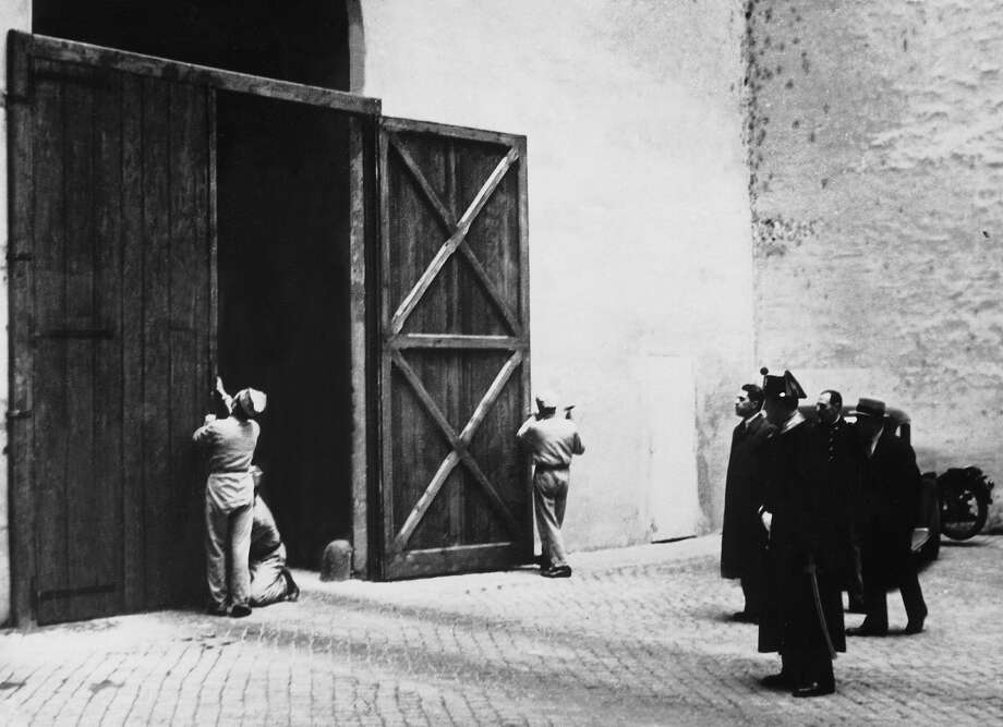 1939. Vatican employees closing the great door of the Sistine Chapel. It is being closed upon the conclave of cardinals gathered together to elect a successor to Pope Pius XI. Photo: Keystone-France, Gamma-Keystone Via Getty Images / 1939 Keystone-France