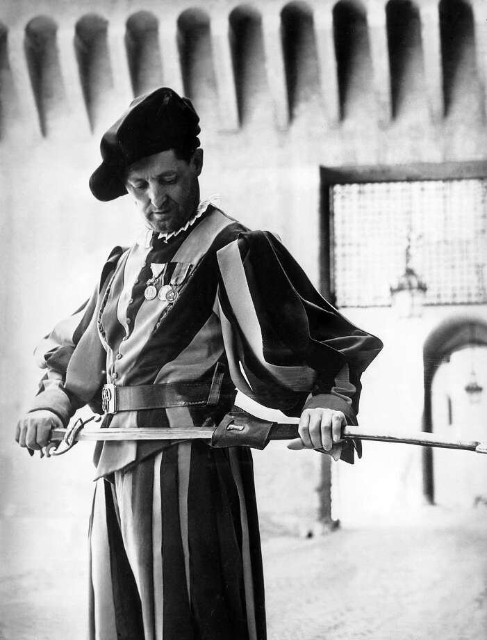 1958: A guard of the Saintly Father at the Vatican, with his famous Renaissance outfit and his sword. Photo: Keystone-France, Gamma-Keystone Via Getty Images / KEYSTONE-FRANCE