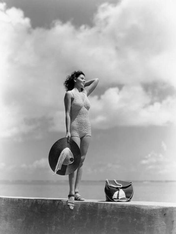 1930s: Woman wearing  a knit bathing suit. Photo: H. Armstrong Roberts, Getty / Retrofile