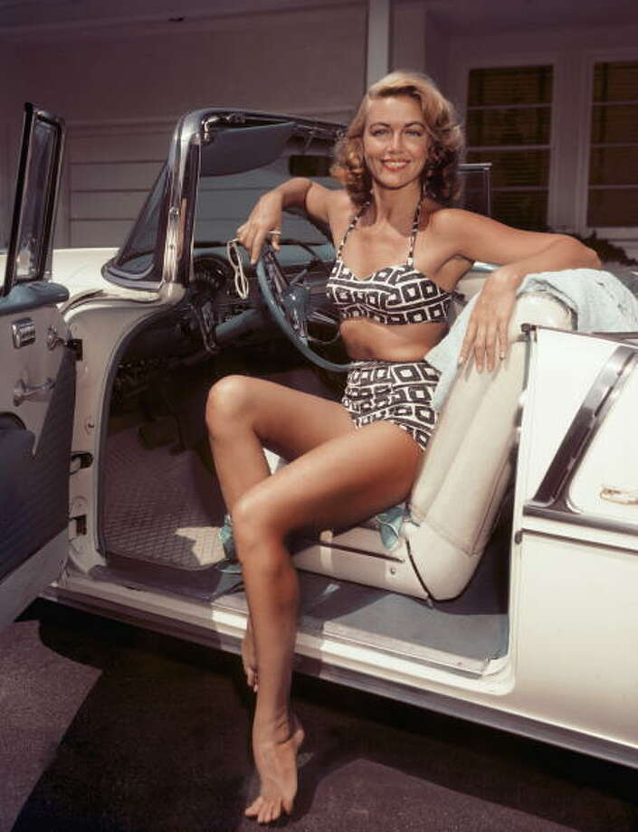 1955: American actress Dorothy Malone at the wheel of a cream-coloured convertible. Photo: Archive Photos, Getty / 2006 Getty Images
