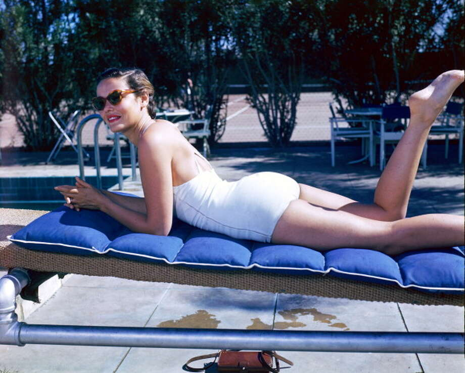 1940: Gene Tierney, US actress, laying on her front, sunbathing on a sunlounger, wearing a white swimsuit and sunglasses. Photo: Silver Screen Collection, Getty / 2011 Silver Screen Collection