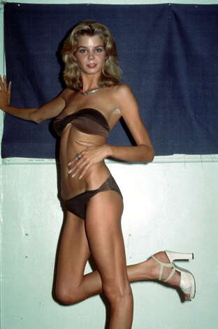 1976: American actress and former Playboy cover girl Kristine DeBell dressed in a bikini. Photo: Tim Boxer, Getty / Archive Photos