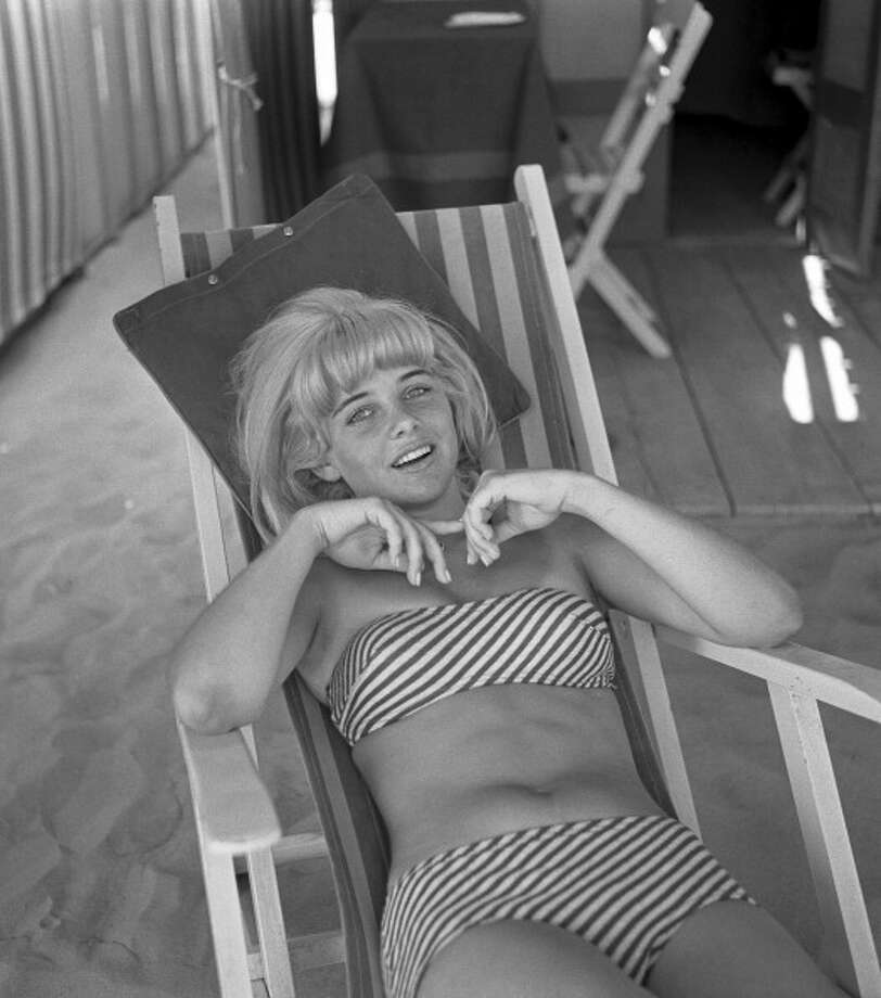 1962:American actress Sue Lyon, wearing a a striped strapless bikini, portrayed while lying on a sunbed. Photo: Archivio Cameraphoto Epoche, Getty / Hulton Archive