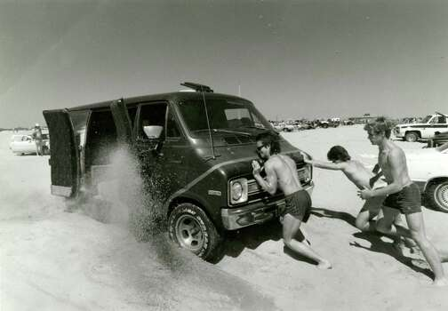 Beachgoers try to push a van our of the soft sand at the beach on Galveston Island, March 22, 1986. Photo: Timothy Bullard, Houston Chronicle / Houston Chronicle
