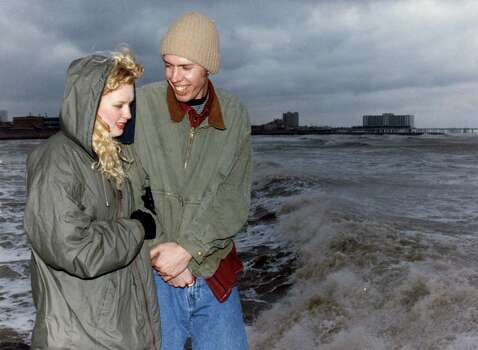 Nate Bogert and Heidi Schneider, both from Kansas City, Mo., and both students at Northwest Missouri State University at Maryville, Missouri, take a last look at the Gulf of Mexico from a jetty near 38th Street in Galveston before they depart early tomorrow morning ending their trip for Spring Break. March 12, 1993 Photo: Michael Boddy, Houston Chronicle