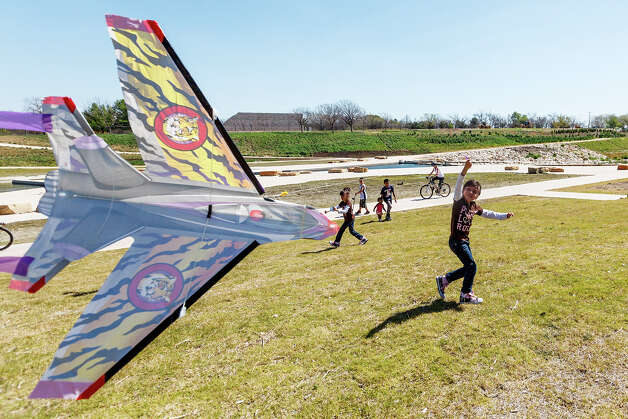 Five-year-old Jaylen Hernandez flies a kite as she and her family enjoyed the day at Padre County Park on the Mission Reach on Wednesday, March 13, 2013.  MARVIN PFEIFFER/ mpfeiffer@express-news.net Photo: MARVIN PFEIFFER, Marvin Pfeiffer/ Express-News / Express-News 2013