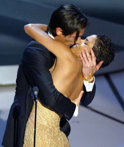 Adrien Brody kissed presenter Halle Berry in 2003 and started a lot of jokes until ... Photo: TIMOTHY A. CLARY, Getty / 2009 AFP
